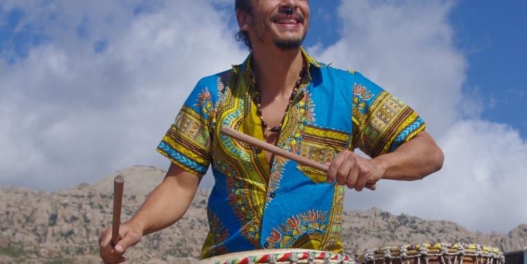 Danza africana con música en directo